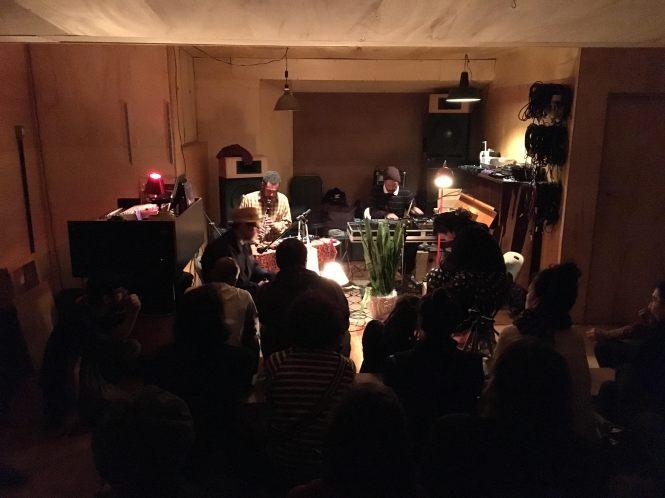 Rodrigo Brandão, Rogério Martins, Guilherme Granado, and Tulipa Ruiz perform at the venue Estúdio Fita Crepe.